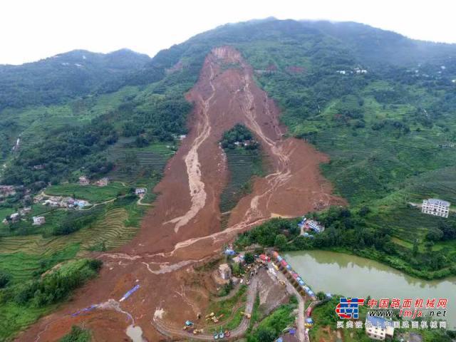 亚博-贵州水城山体滑坡持续救援 多辆挖掘机进场