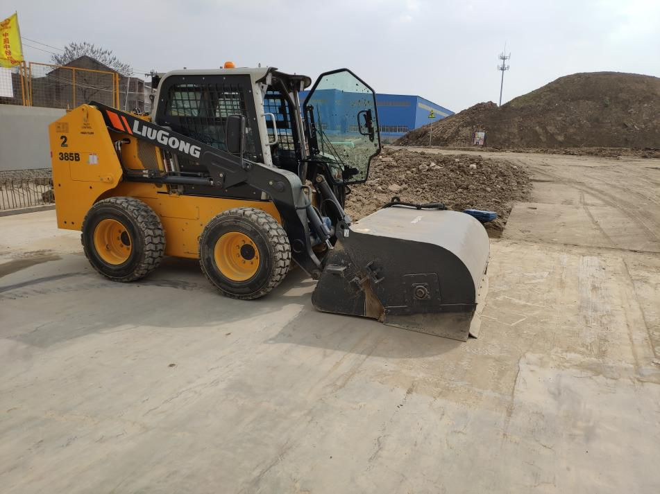 施工清扫专家 - 柳工滑移装载机成用户首选