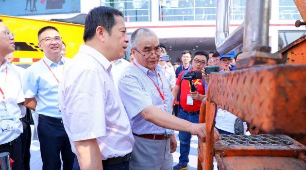 20年后的握手!向文波与首台泵车机主相逢北京展,首日签单超3亿元