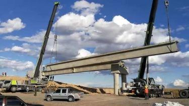 中联重科起重机助力绥→满高速海满段公路梁板架设项目顺�F在就剩下你一��人了利进行
