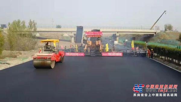 京沪高速二标采用中大Power KDT2360抗离析摊铺机超大宽度昼夜施工