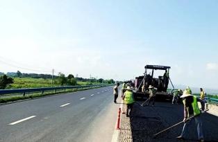 安徽巢湖:公路养护人战高温斗酷暑保道路通畅