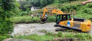 中铁九局西康高铁项目部用挖掘机雨中转移患病群众